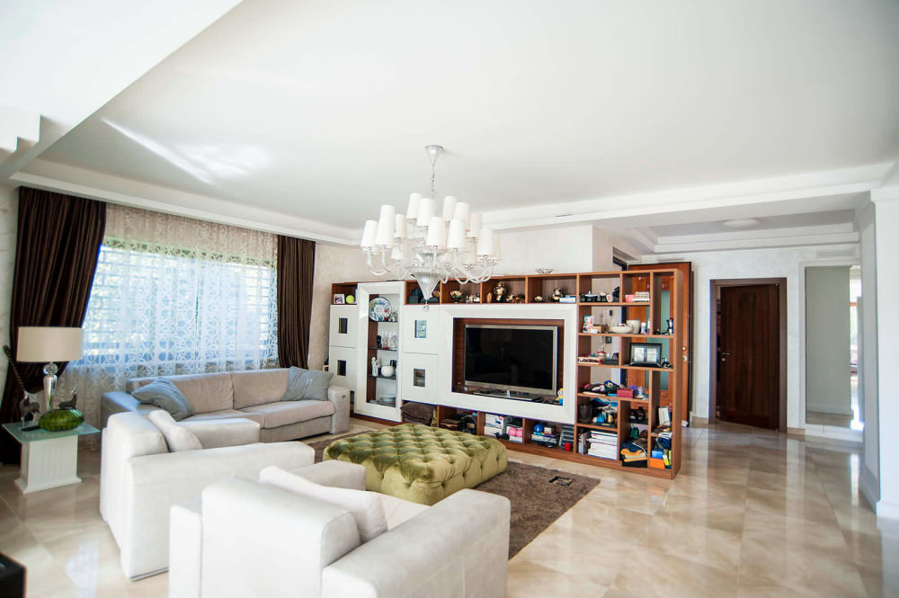 Luxury 700 sqm villa with garden and swimming pool