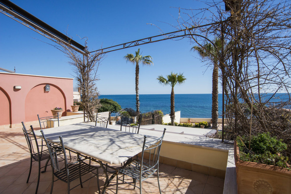 Sea front Villa just 40 min drive from Rome